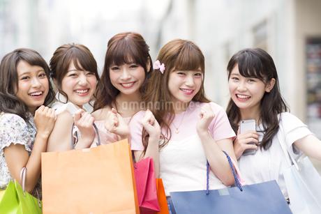 ショッピングを楽しむ女性5人 FYI00465738