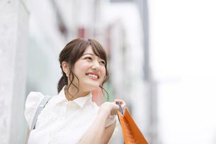 ショッピングを楽しむ女性 FYI00465745