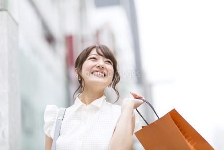 ショッピングを楽しむ女性 FYI00465746