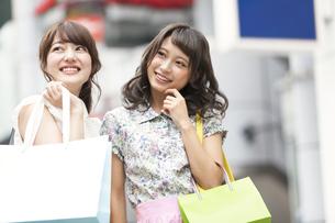 ショッピングを楽しむ女性2人 FYI00465748