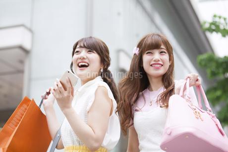 ショッピングを楽しむ女性2人 FYI00465750