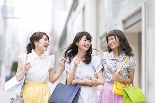 ショッピングを楽しむ女性3人 FYI00465754