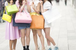 ショッピングバッグを持っている4人の女性の脚元 FYI00465764