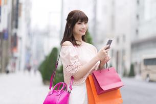 ショッピングを楽しむ女性 FYI00465765