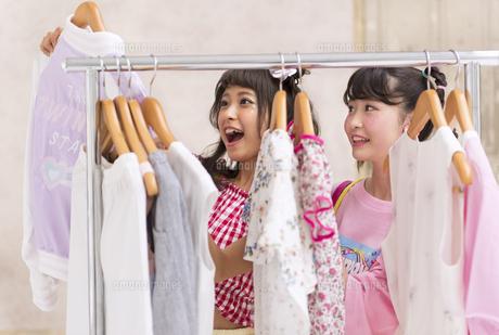 服を選ぶ女性2人 FYI00465769