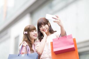 街中で写真を撮る女性2人 FYI00465771