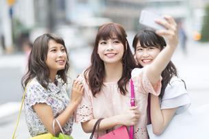 街中で写真を撮る女性3人 FYI00465774