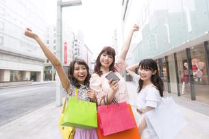 ショッピングを楽しむ女性3人のポートレート FYI00465775