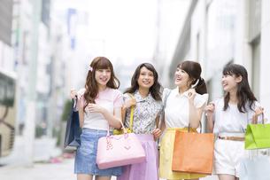 ショッピングを楽しむ女性4人 FYI00465778