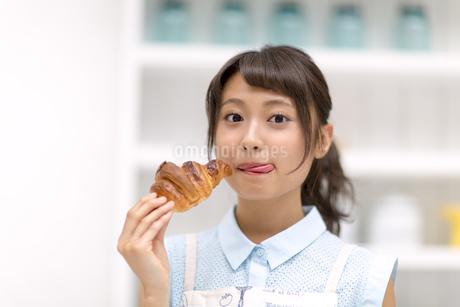 パンを食べる女性 FYI00465781