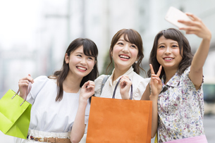 街中で写真を撮る女性3人 FYI00465784