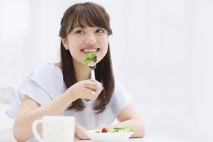 サラダを食べる女性 FYI00465810