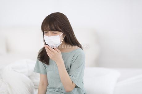 マスクをして咳き込む女性 FYI00465827
