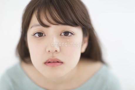 目から涙をこぼす女性 FYI00465848