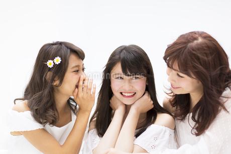 会話を楽しむ女性3人 FYI00465903