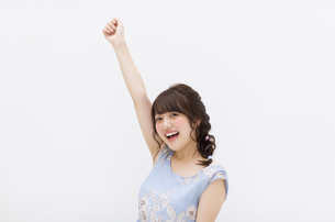 片腕を上げポーズをとる女性 FYI00465921