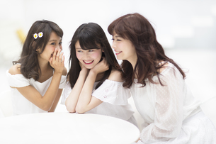 椅子に座って会話を楽しむ女性3人 FYI00465930