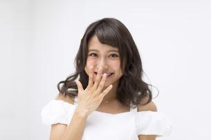 口に手を当てポーズをとる女性 FYI00465947