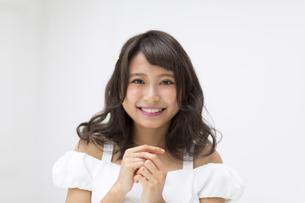 微笑む女性のポートレート FYI00465953