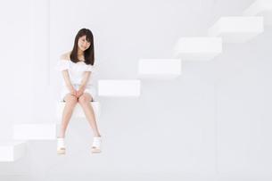 階段に座って微笑む女性 FYI00465964