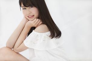 座って微笑む女性 FYI00465967