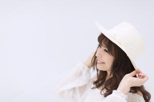 帽子を被って笑う女性 FYI00465971
