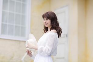 帽子を手に持ち微笑む女性 FYI00465978