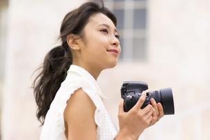 カメラで写真を撮っている女性 FYI00465984