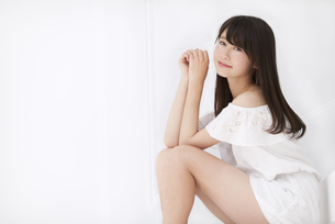 座って微笑む女性 FYI00465989