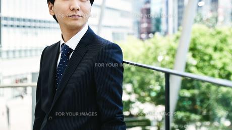 屋外のビジネスマン FYI00466424