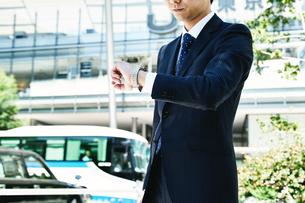 腕時計を見るビジネスマン FYI00466425