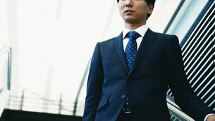 屋外のビジネスマン FYI00466434