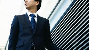 屋外のビジネスマン FYI00466441