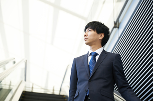 屋外のビジネスマン FYI00466443