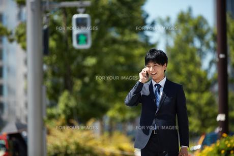 携帯電話を使うビジネスマン FYI00466449