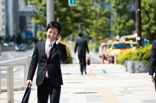 携帯電話を使うビジネスマン FYI00466455