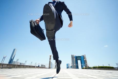 跳び上がるビジネスマン FYI00466474