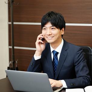 デスクワーク中のビジネスマン FYI00466498