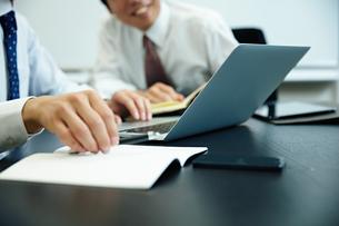会議中のビジネスマン FYI00466537
