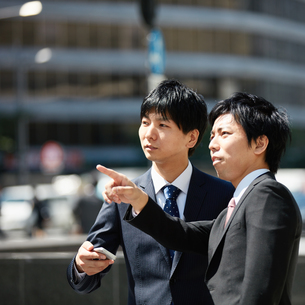 スマートフォンを確認するビジネスマン FYI00466603