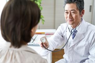 診察する医者と患者 FYI00466713