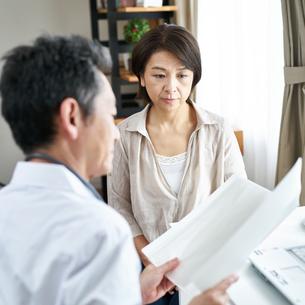 診察する医者と患者 FYI00466725