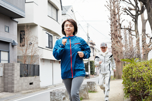 ジョギングする中年夫婦 FYI00466942
