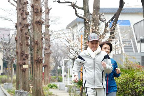 ジョギングする中年夫婦 FYI00466944