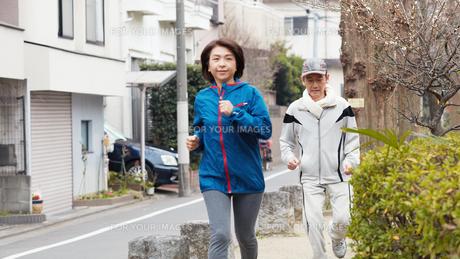 ジョギングする中年夫婦 FYI00466961