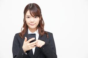 携帯電話を使うビジネスウーマン FYI00467041