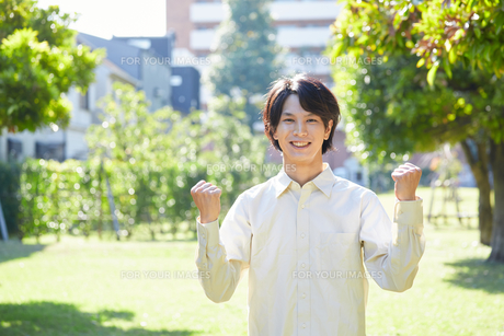 公園でガッツポーズする男性 FYI00467091