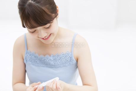 爪磨きをする女性 FYI00467170