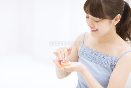 石鹸を擦る女性 FYI00467179