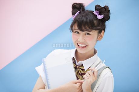 ペンを持って微笑む女子学生 FYI00467182